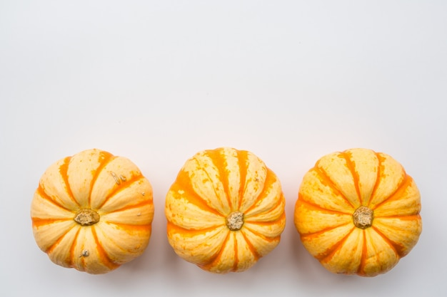 Citrouilles orange sur blanc Photo Premium