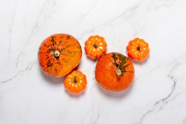 Citrouilles Sur Surface En Marbre. Concept Halloween, Automne, Récolte. Mise à Plat, Vue De Dessus Photo Premium