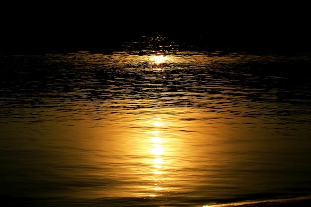 Clair De Lune Sur L'eau Nuit Rivière Photo Premium