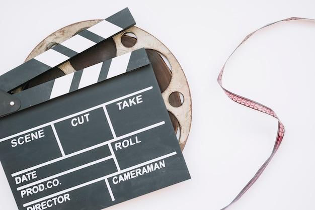 Clap de cinéma avec une bobine de film Photo gratuit