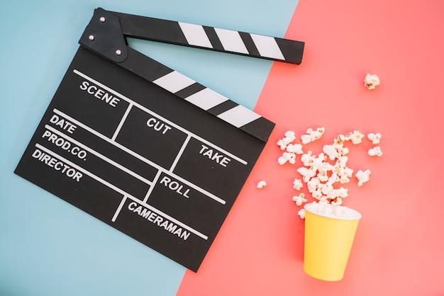 Clap de cinéma avec boîte à pop-corn Photo gratuit