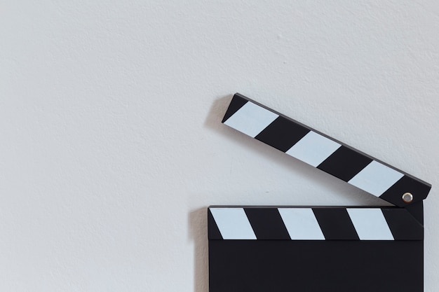 Clapper board sur table en bois Photo Premium