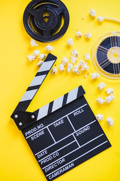 Clapperboard avec popcorn et bobines Photo gratuit
