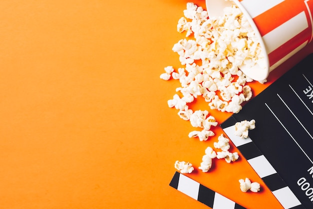 Clapperboard Près De Pop-corn Savoureux Photo gratuit
