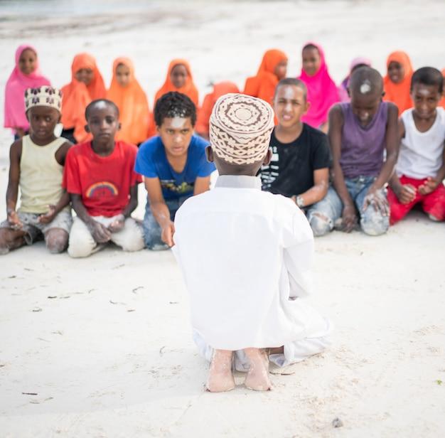 Classe africaine avec des enfants 10/12/2018 zanzibar Photo Premium