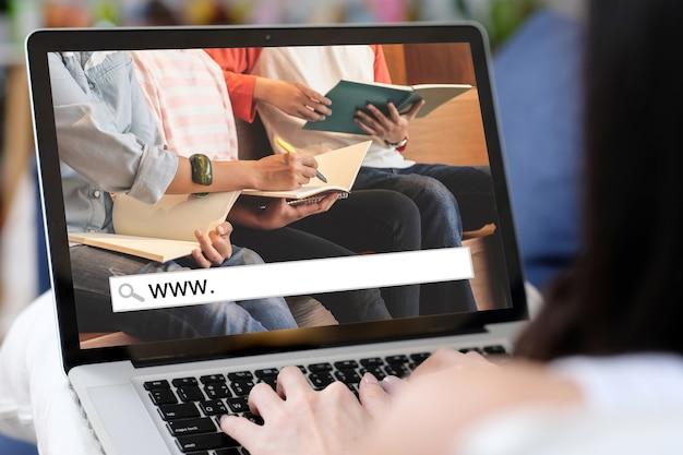 Classe D'étude En Ligne, Www. Et Barre De Recherche Vide Pour La Bannière Web D'apprentissage En Ligne Sur Fond D'écran D'ordinateur Portable Photo Premium