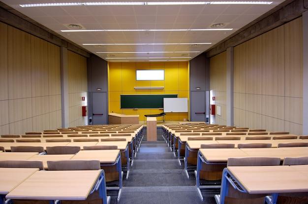 Classe De Médecine Ou En Attente De Physiothérapie, Et Vide, Avec Des Tables En Bois Photo Premium