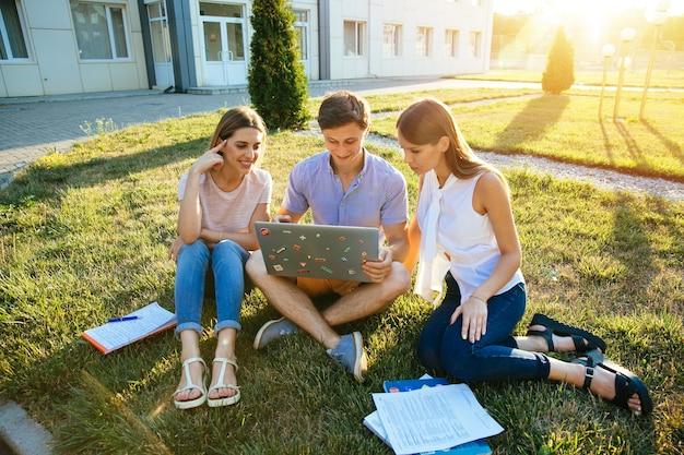 Classmate, éducation et concept d'adolescent. adolescents étudiants sympathiques avec ordinateur portable Photo gratuit