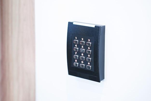 Clavier de contrôle d'accès de porte avec lecteur de carte. Photo Premium