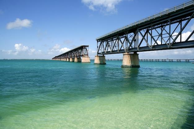 Clavier de floride, pont cassé, eau turquoise Photo Premium