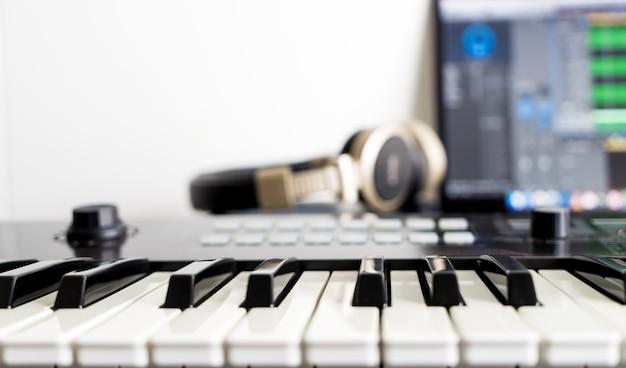 Clavier de musique dans la station de musique daw home studio Photo Premium