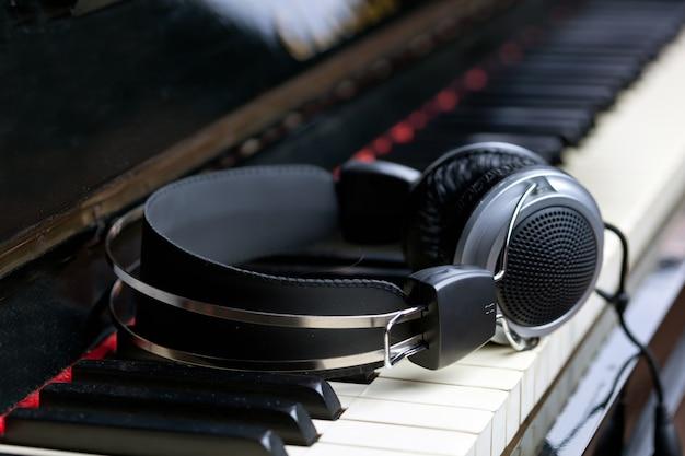 Clavier de piano et des écouteurs Photo Premium