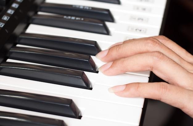 Clavier de piano avec femme Photo gratuit