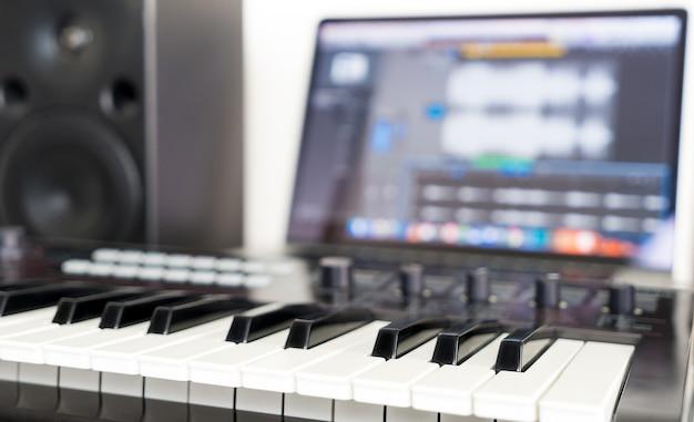 Clavier de synthétiseur couché sur le bureau de travail de studio de musique Photo Premium