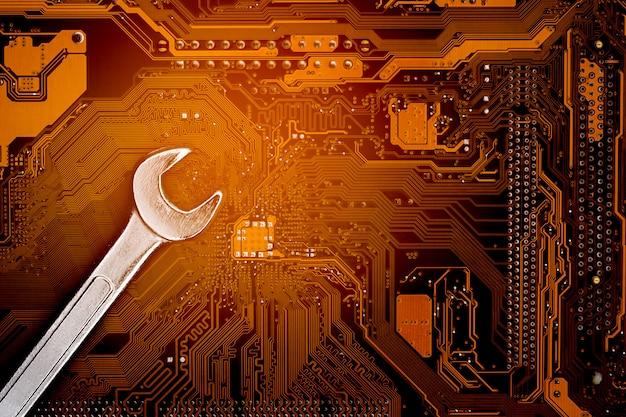 Clé sur ordinateur circuit.maintenance. Photo Premium