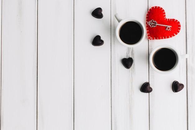 Clé Près De Coeurs De Café Et De Bonbons Photo gratuit