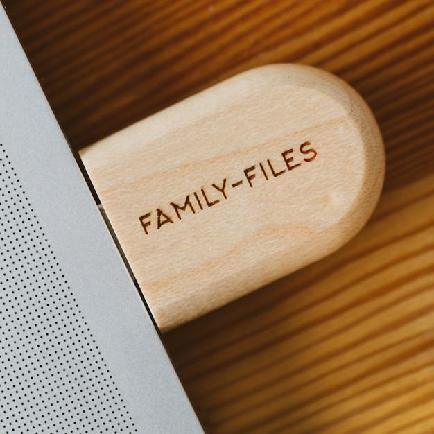 Clé usb dans une caisse en bois avec l'inscription Photo Premium