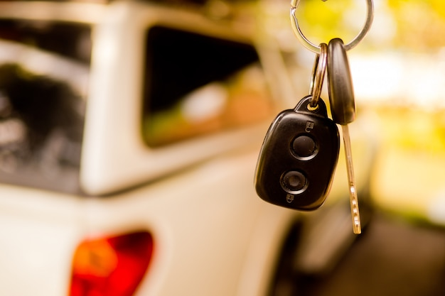 Clé de voiture avec fond de voiture flou, ne pas boire et conduire Photo Premium
