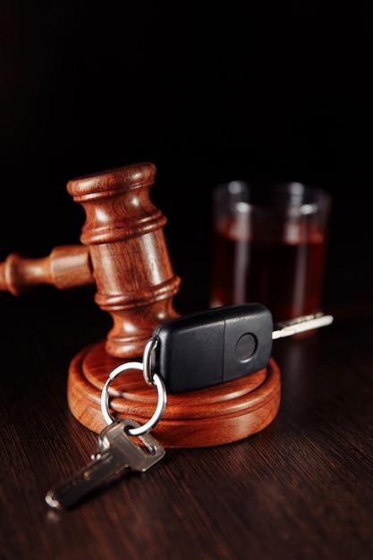 Clé De Voiture Juge En Bois Marteau Et Bouteille D'alcool Avec Verre Photo Premium