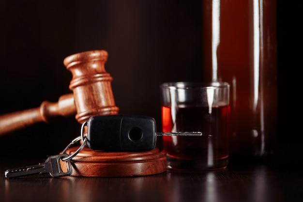Clé De Voiture Juge Marteau Et Bouteille D'alcool Avec Verre Photo Premium