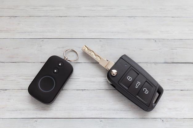 Clé de voiture ouverte avec télécommande sur fond en bois Photo Premium