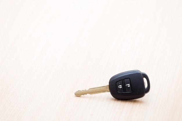 Clé de voiture sur la table Photo Premium