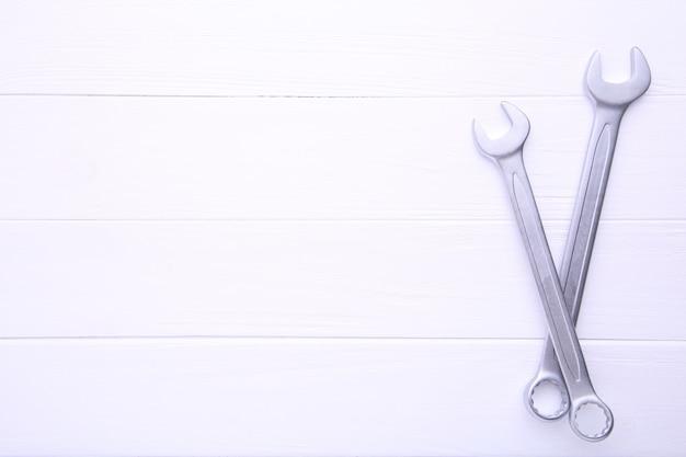 Clés mixtes à réparer sur table en bois blanc Photo Premium