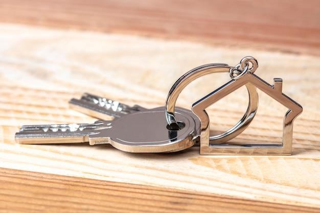 Clés et porte-clés sur bois Photo Premium