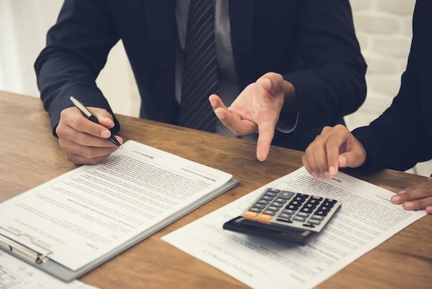 Le client consulte l'agent, examine un accord sur le point de signer Photo Premium