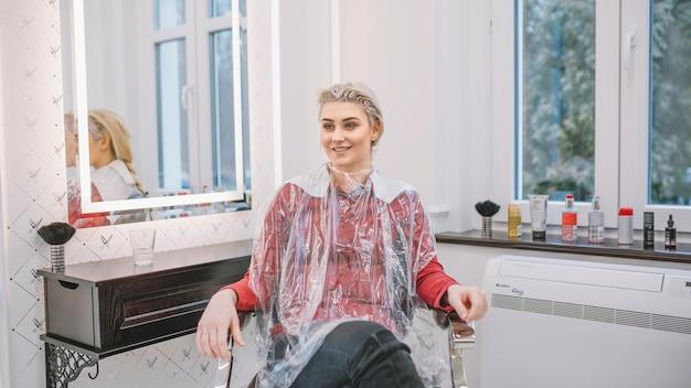 Client de contenu avec des cheveux en teinture Photo gratuit