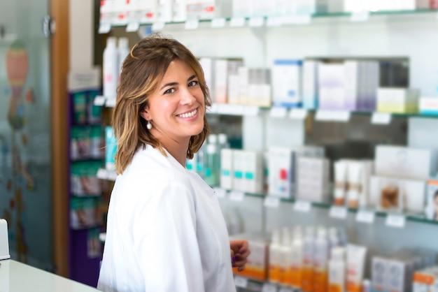Client de femme dans la pharmacie Photo Premium