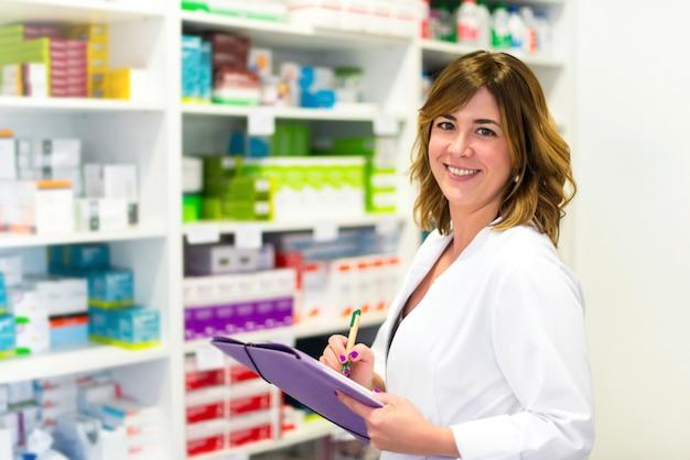 Client de femme avec un dossier dans la pharmacie Photo Premium