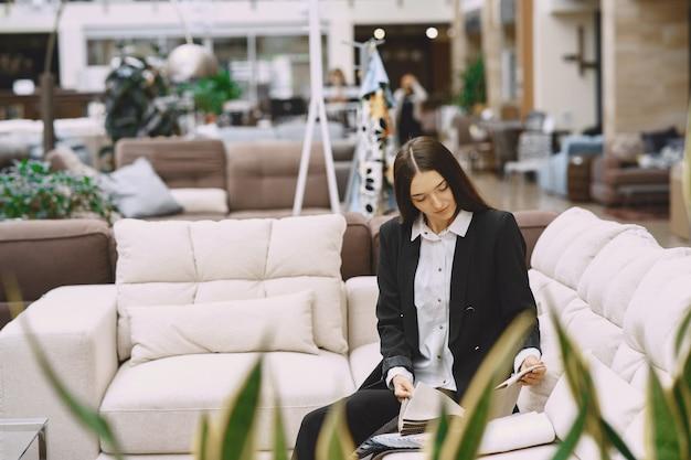 Client De Femme à La Recherche De Beau Tissu Dans Une Boutique De Draperie Photo gratuit