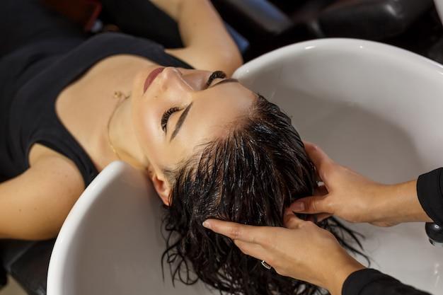 Client heureux dans le soin des cheveux de salon cheveux propres. Photo Premium