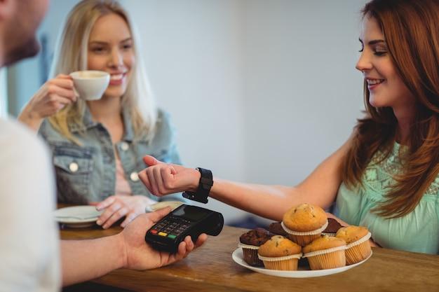 Client Heureux Avec Montre Intelligente Payant Au Café Photo Premium