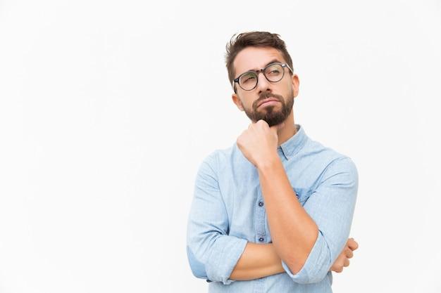 Client Masculin Pensif à La Recherche De Suite Photo gratuit