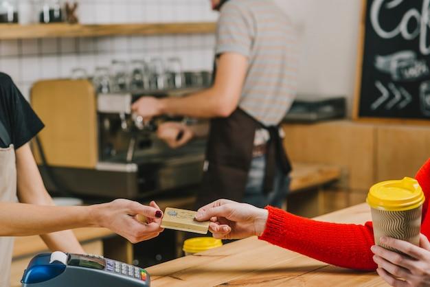Client payant pour une boisson au café Photo gratuit