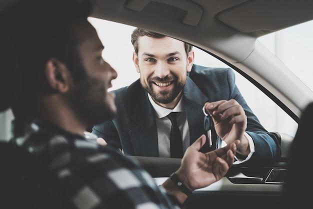 Le client reçoit les clés de deal car deal. Photo Premium