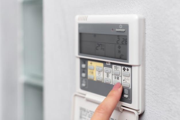 Climatiseur télécommande dans une chambre d'hôtel Photo Premium