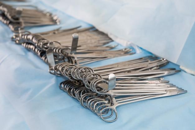 Clips Chirurgicaux Sur La Table. Copier L'espace Photo Premium