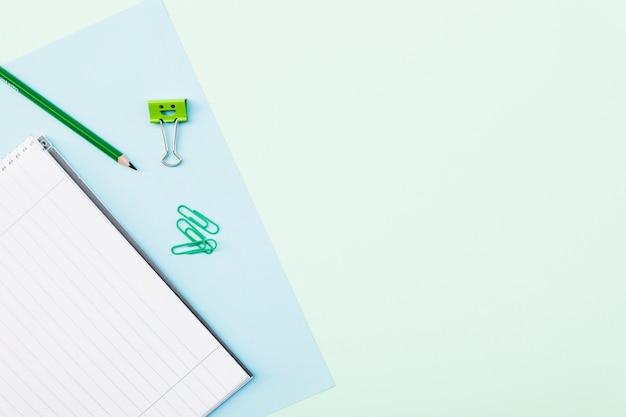 Clips et crayon près du carnet Photo gratuit