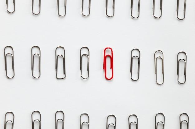 Clips en métal en rangées, un rouge différent des autres Photo gratuit
