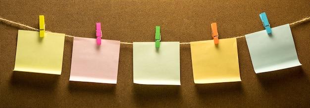 Cllothes ligne photo suspendus cinq papier coloré Photo Premium