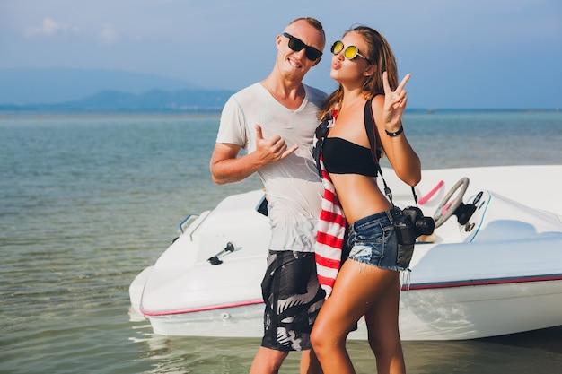 Cloe Up Hands Of Hipster Couple Amoureux En Vacances Femme Et Homme été Vacances Tropicales En Thaïlande Voyageant En Bateau En Mer, Fête Sur La Plage, Les Gens S'amusent Ensemble, Corps Mince Sexy Photo gratuit
