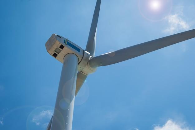Cloes up pylônes éoliens sur fond de ciel bleu Photo Premium