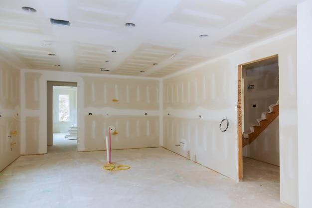 Cloison sèche est accroché dans le projet de remodelage de la cuisine Photo Premium