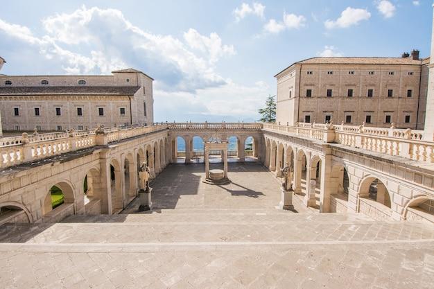 Cloître Et Balcon De L'abbaye De Montecassino, En Reconstruction Après La Seconde Guerre Mondiale Photo Premium
