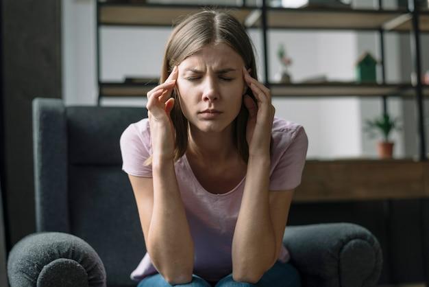 Close-p oa jeune femme souffrant de maux de tête Photo gratuit