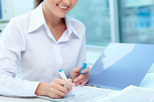 Close-up d'affaires en soulignant un rapport Photo gratuit