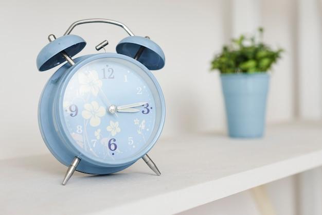 Close-up alarm clock dans l'étagère Photo gratuit